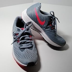 Nike Zoom Winflo 4 athletic shoes